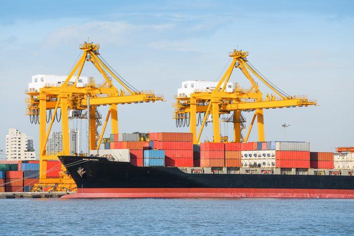 Lastskepp i en hamn